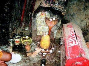 गुफा में नागदेव का मंदिर